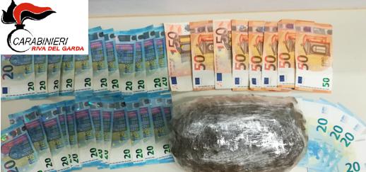 CARABINIERI RIVA DEL GARDA (TN) * DROGA: « ARRESTATI 2 EXTRACOMUNITARI CON PERMESSO DI SOGGIORNO PER RIFUGIATO, SEQUESTRATI MEZZO KG DI MARIJUANA E 1.500 EURO IN CONTANTI »