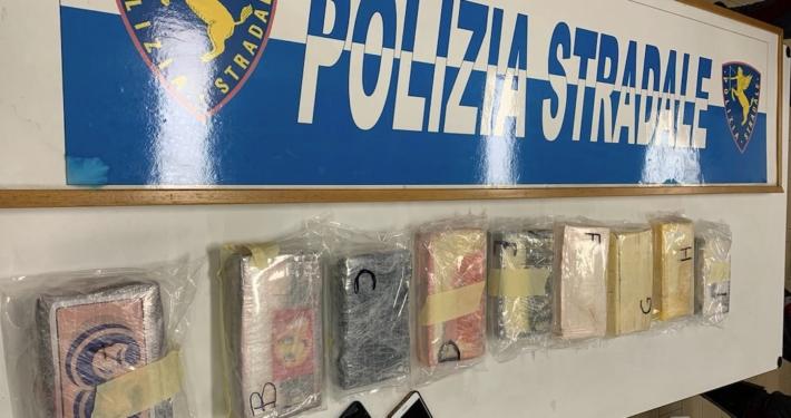 POLIZIA DI STRADALE - VERONA * « TRASPORTANO FIORI DALL'OLANDA SENZA PATENTE E CON 10 KG DI COCAINA, ARRESTATE DUE PERSONE »