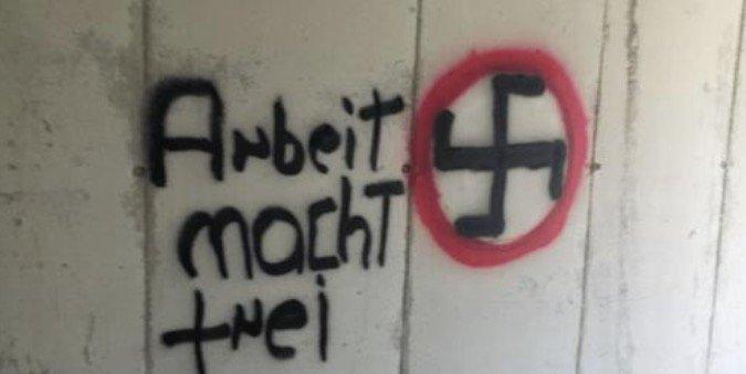 """COPPOLA (EUROPA VERDE) * SCRITTE NAZISTE: « SOLIDALI CON L' ALBERGATORE BARBIERI CHE HA SEGNALATO L' IGNOBILE """" ARBEIT MACHT FREI """", CHE RICHIAMA IL LAGER DI AUSCHWITZ »"""